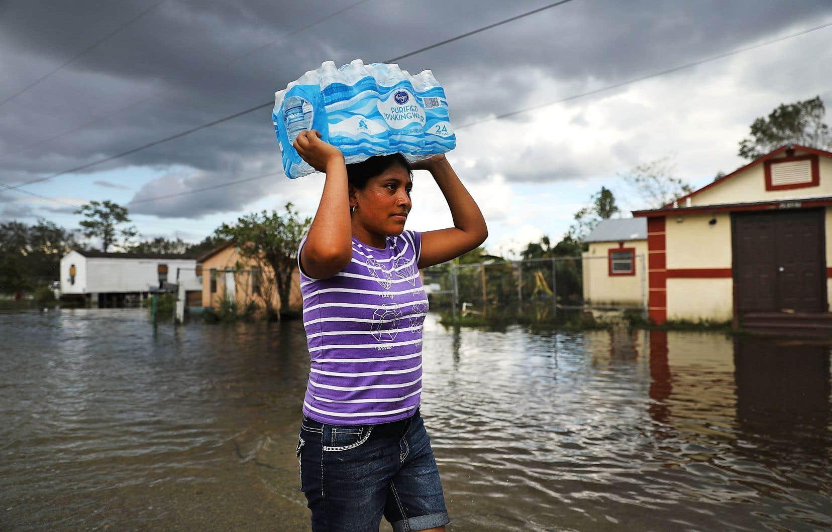 Une femme marche dans les rues inondées d'Immokalee, en Floride. Cette petite ville a été durement frappée par l'ouragan «Irma», en septembre dernier.