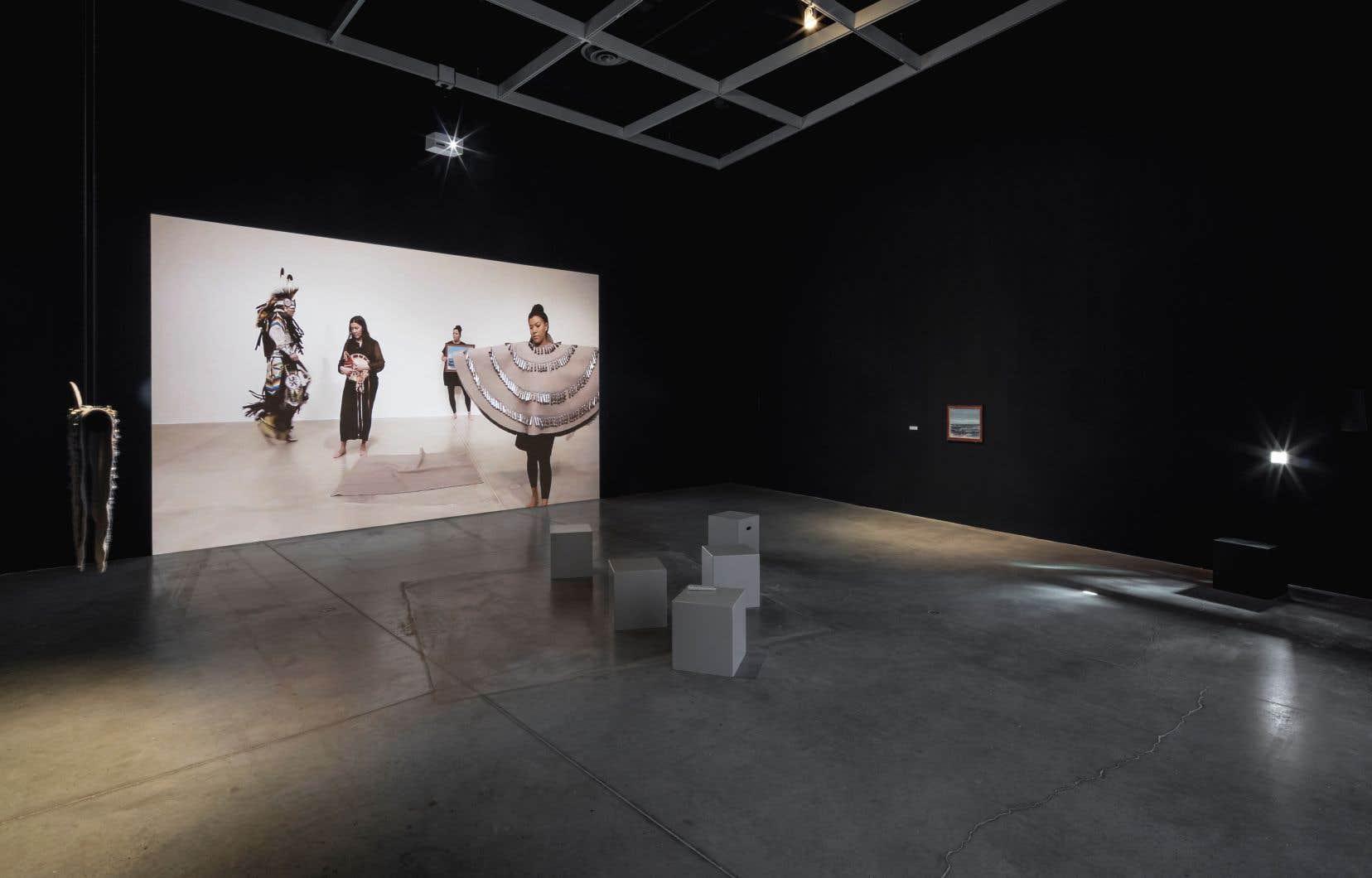 Vue de l'exposition «Celle qui continue de donner», de Maria Hupfield, 2017, The Power Plant Contemporary Art Gallery, Toronto. Avec l'aimable permission de l'artiste.