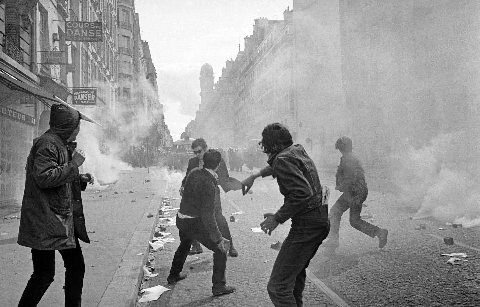 Le 6mai 1968, les étudiants parisiens en grève lancent des pavés sur les policiers, boulevard Saint-Germain.