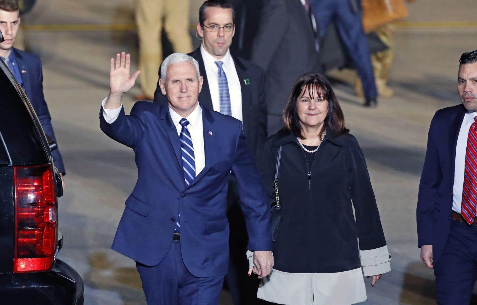 Mike Pence aux côtés de son épouse lors de son arrivée à l'aéroport de Tel-Aviv, dimanche