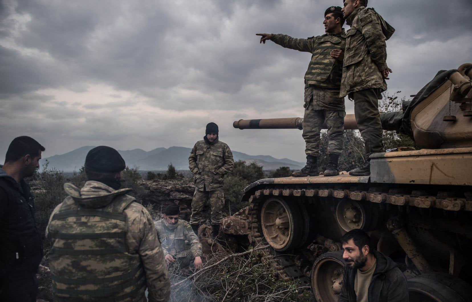 Des chars et des forces de l'infanterie turcs ont pénétré dimanche dans le nord de la Syrie pour en déloger une milice kurde.