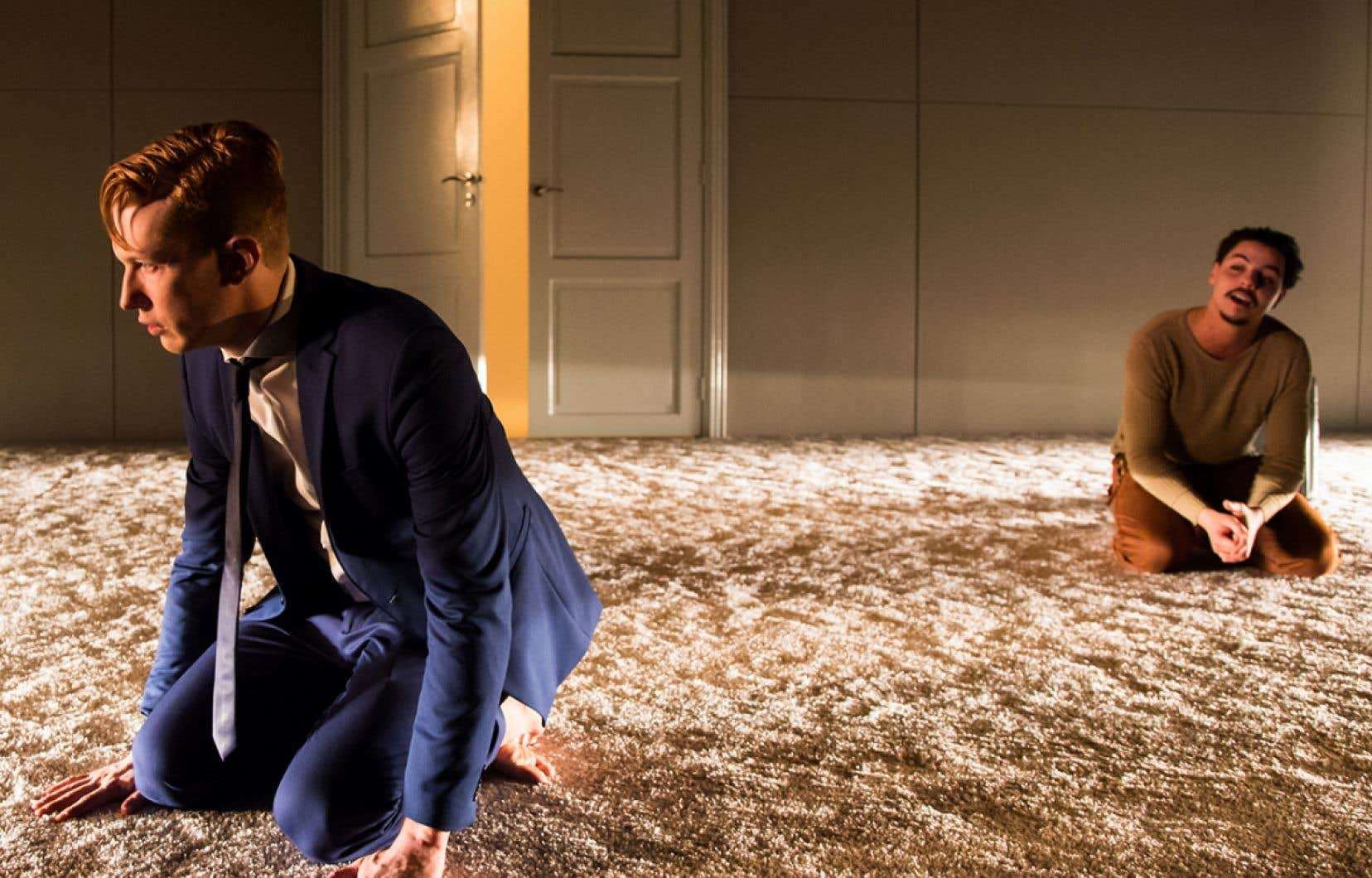 À l'exception du protagoniste «straight», les personnages de la pièce endossent des identités fluides, mouvantes, parfois des travestissements sexuels.