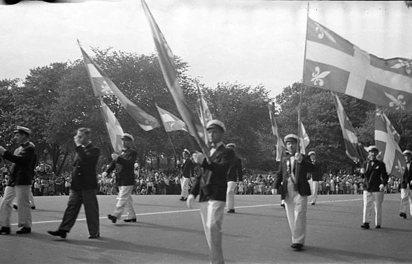 Des porte-drapeaux brandissant le drapeau de Carillon lors d'un défilé de la Saint-Jean-Baptiste en 1946