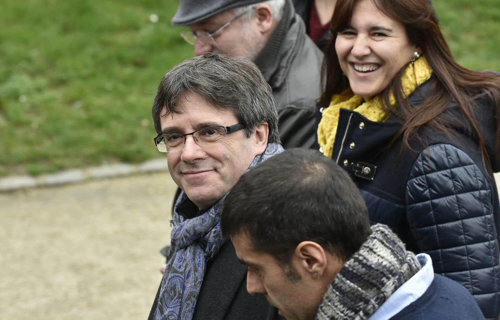 Le président catalan déchu, Carles Puigdemont, doit obtenir un permis de résidence en Belgique ou quitter ce pays au risque de s'exposer à une arrestation ailleurs.