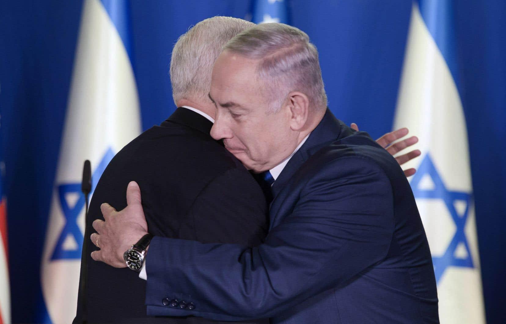Le vice-président américain, Mike Pence, donnant l'accolade au premier ministre israélien, Benjamin Nétanyahou, lundi