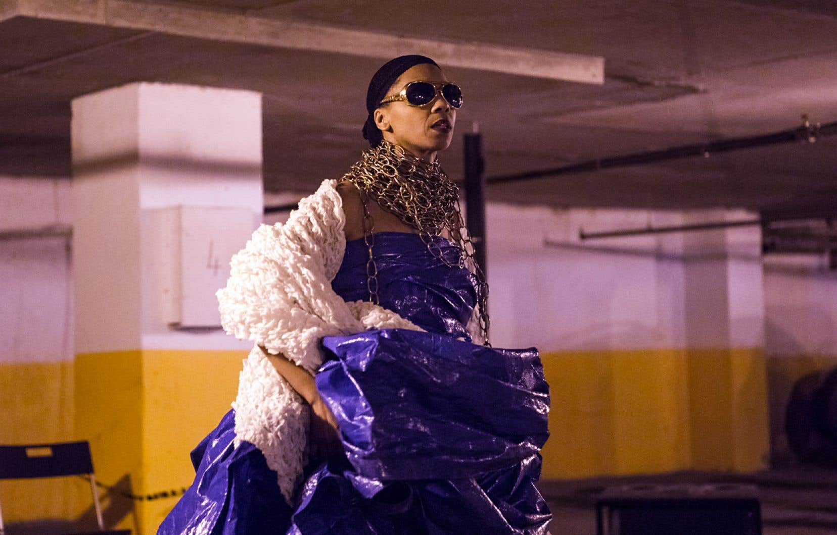 Mélanie Demers, avec sa robe glamour de bâche plastique, ses verres fumés et ses chaînes lamées en «jewels bling bling» autour du cou