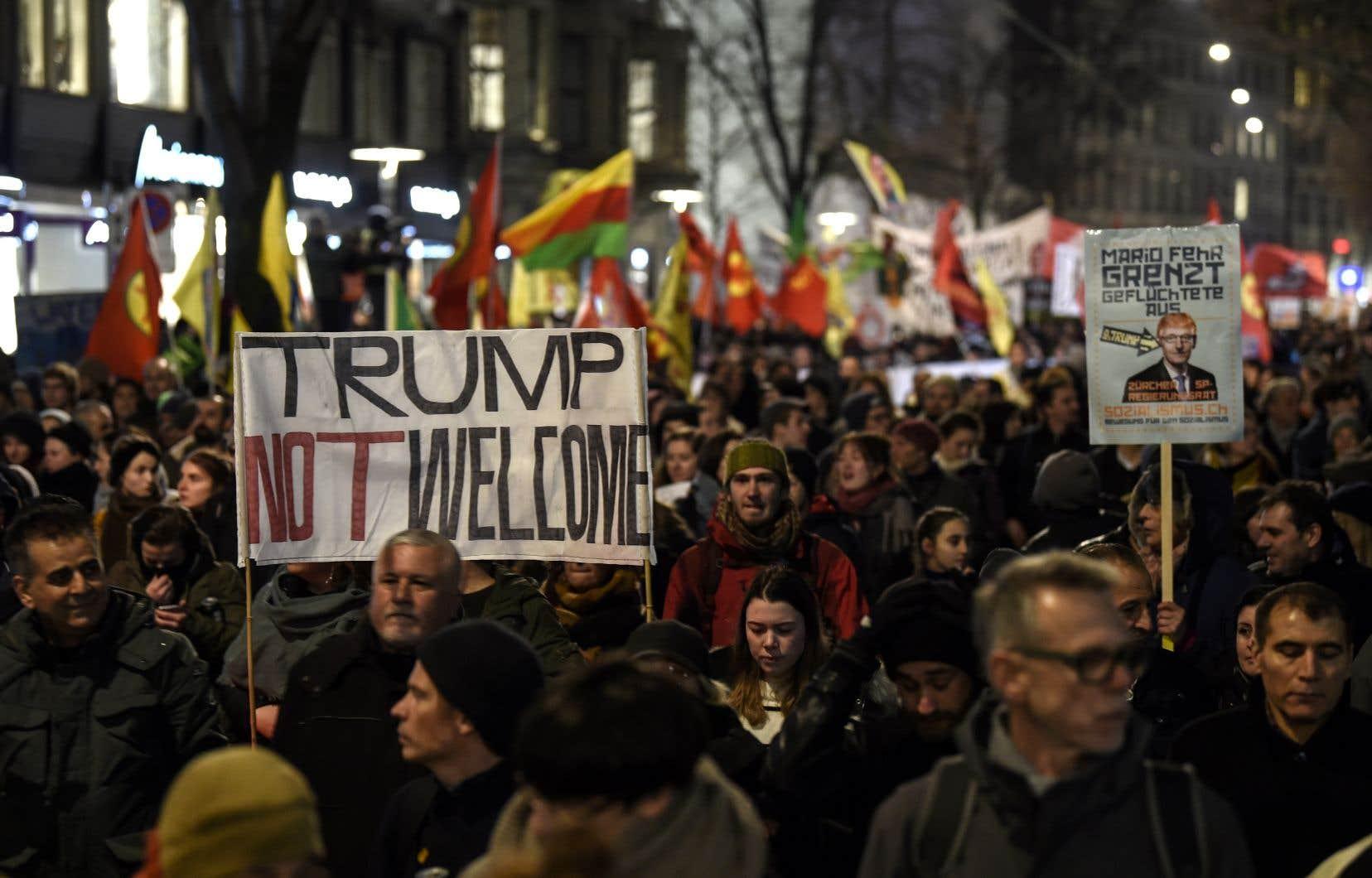 Des gens manifestent à Zurich, mardi, contre la présence du président Donald Trump au Forum économique mondial.