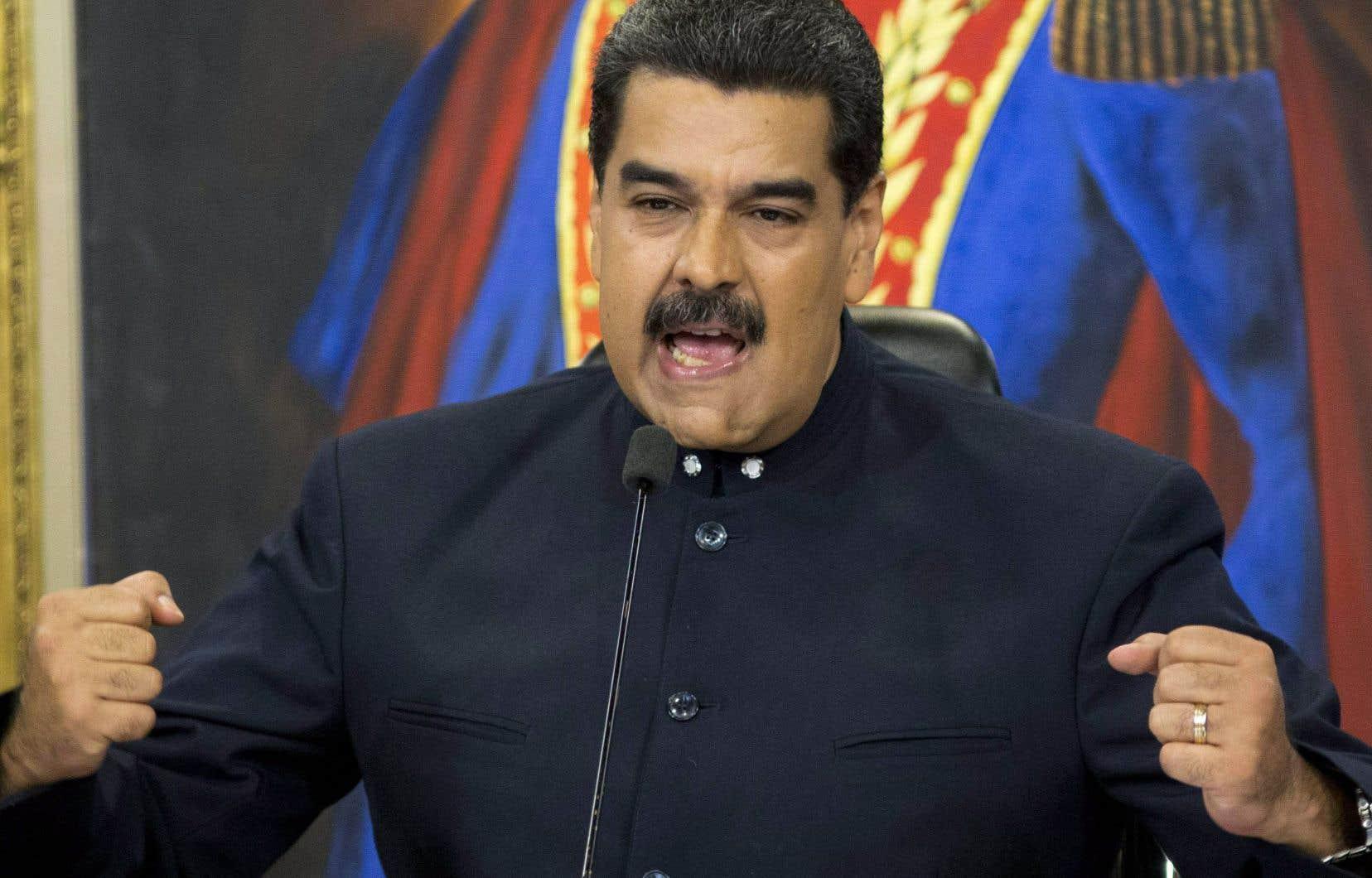 Impopulaire, à la tête d'un pays ruiné et en proie aux sanctions internationales, le président Nicolás Maduro avait déjà pris de court mardi l'opposition en avançant la date du scrutin.