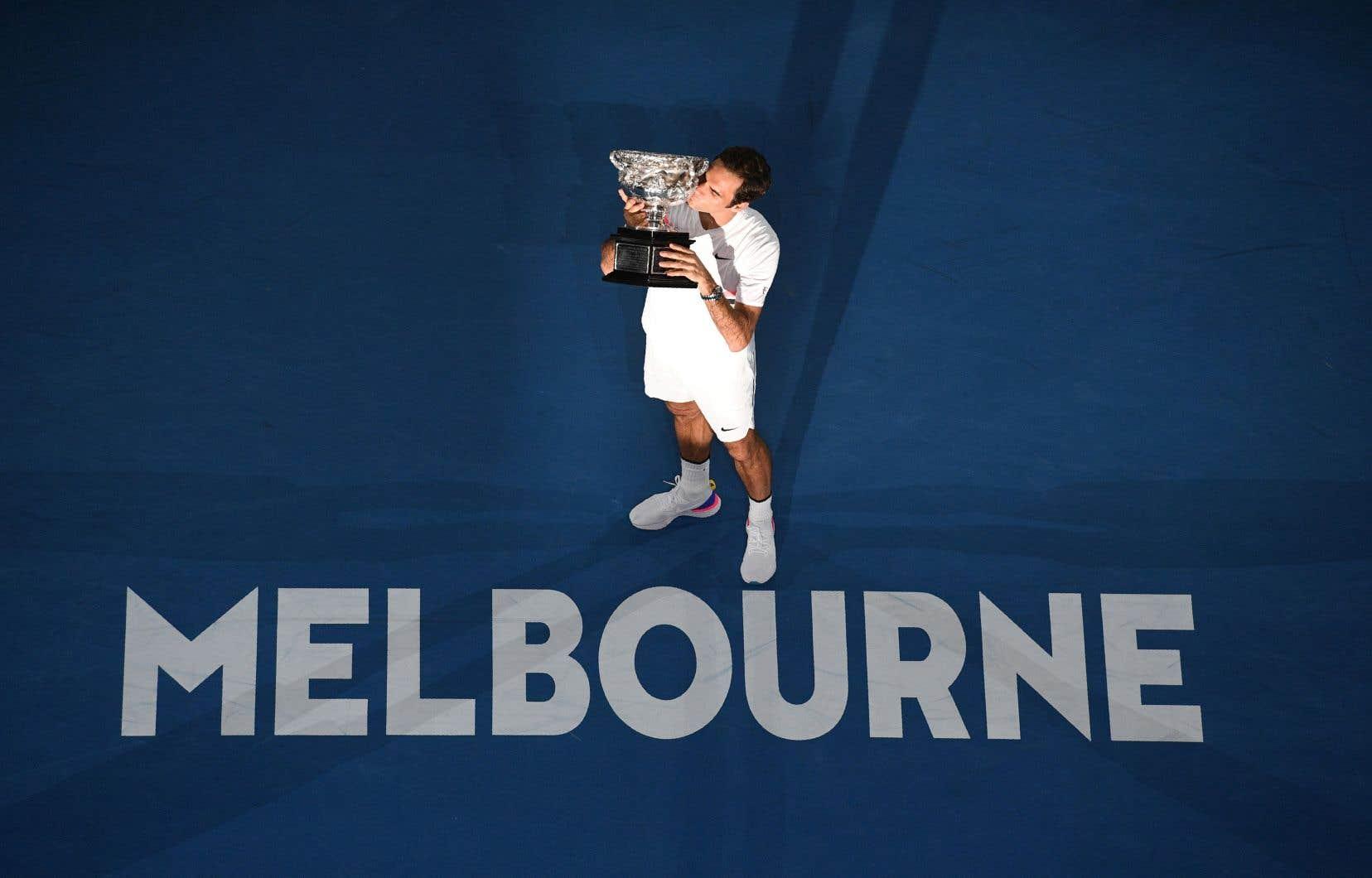 Roger Federer, très ému, a pu soulever et embrasser le trophée des Internationaux d'Australie pour une sixième fois en carrière.