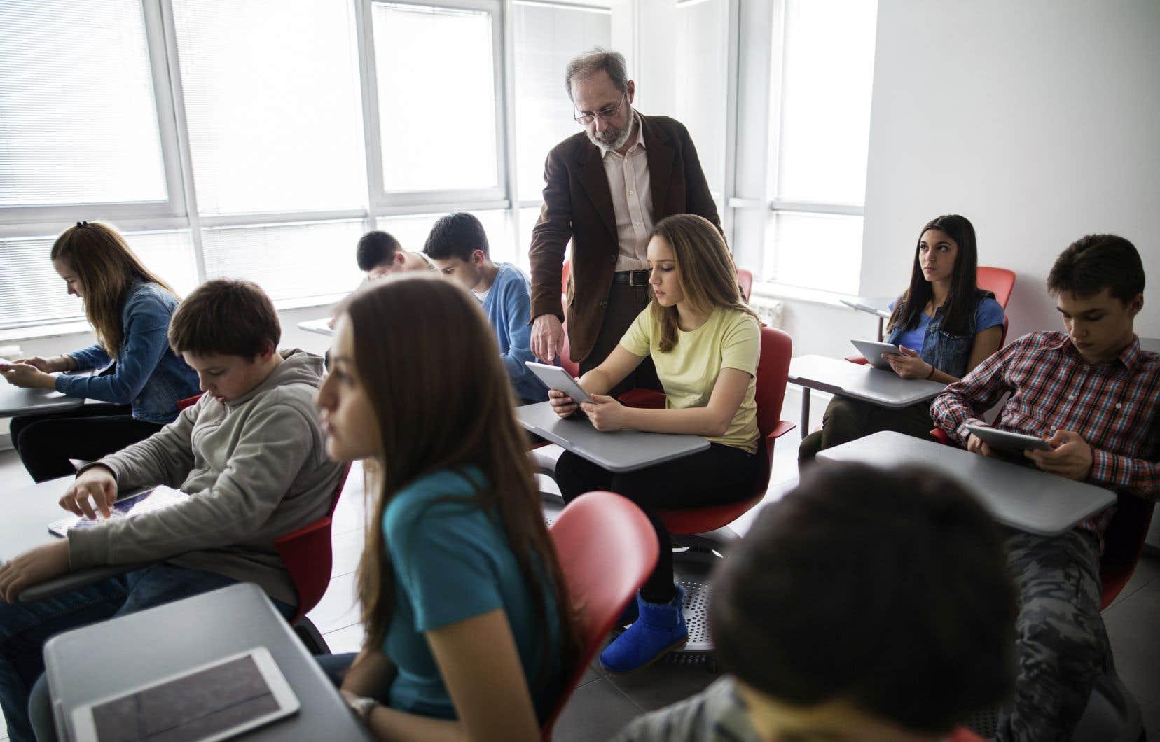 La difficulté de la tâche d'enseignant, et la fatigue qui en découle, en amène plusieurs à prendre congé de l'école, à se tourner vers le privé ou tout simplement à partir, déplorent les auteurs.
