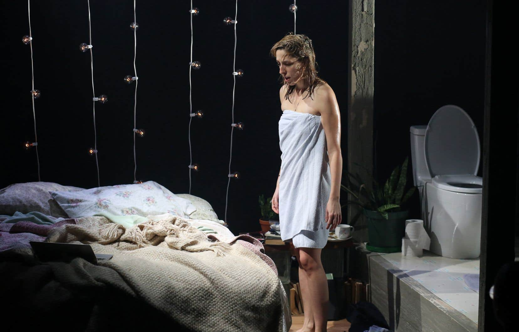 On s'attendrait à ce que le récit de l'émancipation sexuelle d'une femme se permette d'explorer davantage le corps féminin et s'éloigne des codes de la pornographie.