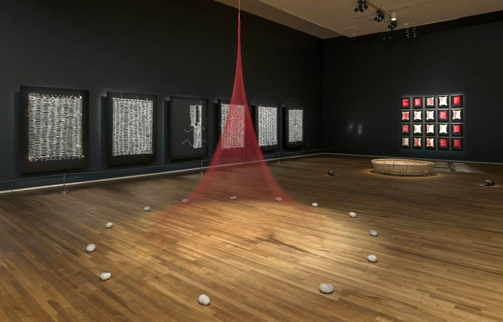 Vue de l'exposition de Nadia Myre, «Tout ce qui reste — Scattered Remains», présentée au Musée des beaux-arts de Montréal jusqu'au 27mai