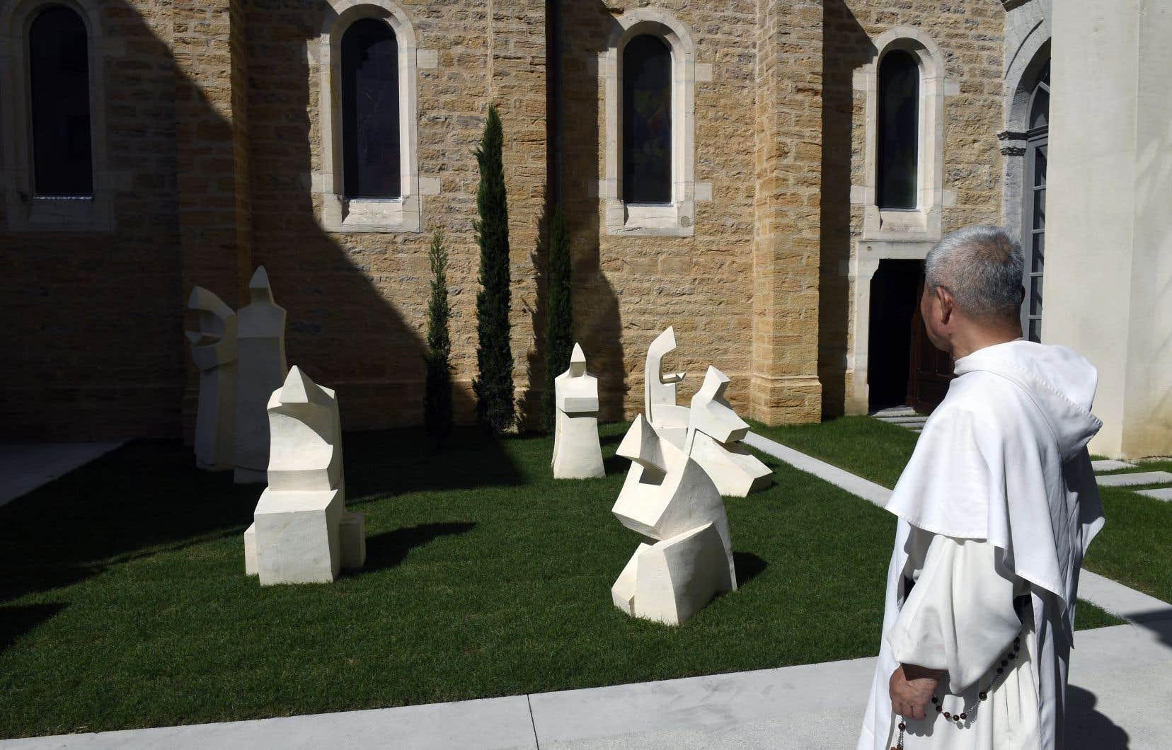 Sept statues de pierre ont été disposées dans le jardin du Diocèse de Lyon, en France, en mémoire des moines français assassinés.