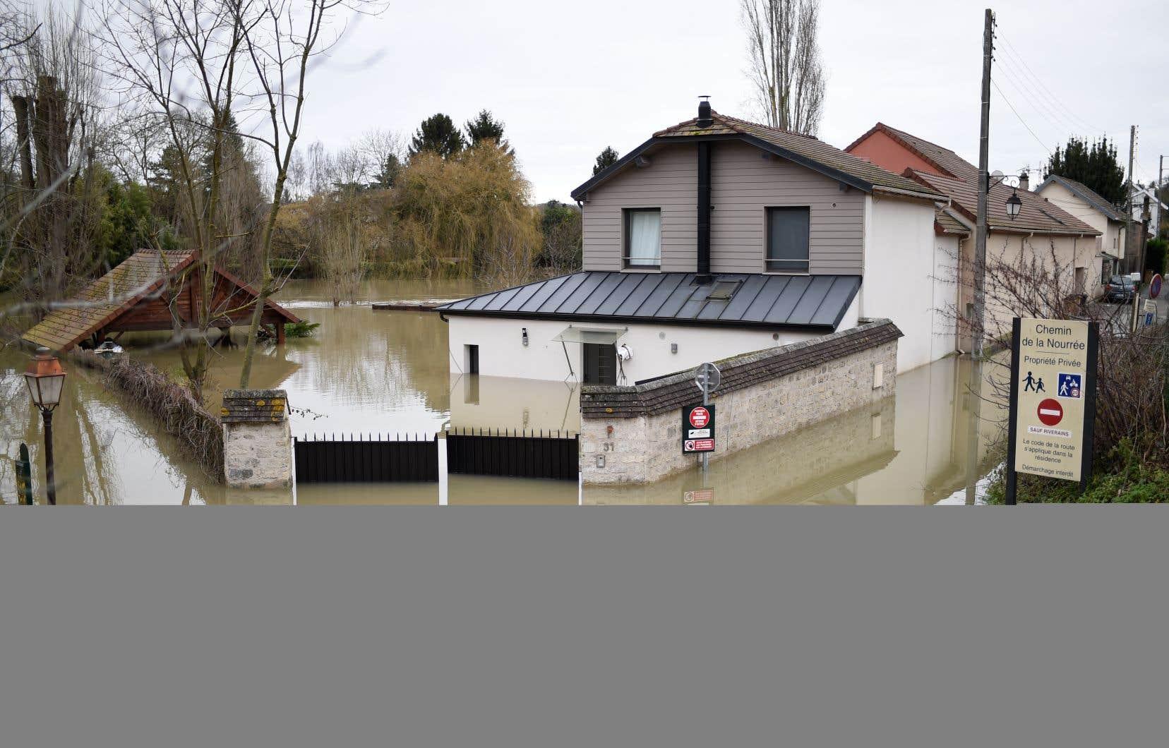 Inondations à Villennes-sur-Seine, à l'ouest de Paris, lundi