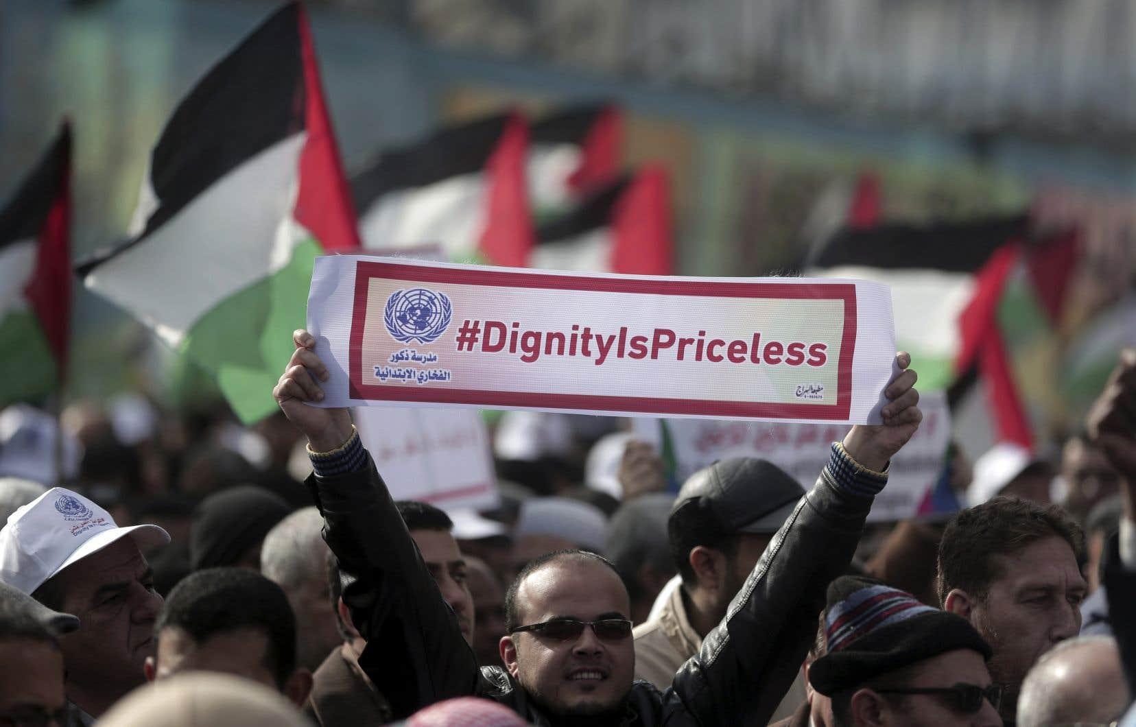 Des milliers de personnes ont manifesté contre le gel américain des fonds d'aide humanitaire, lundi, à Gaza.