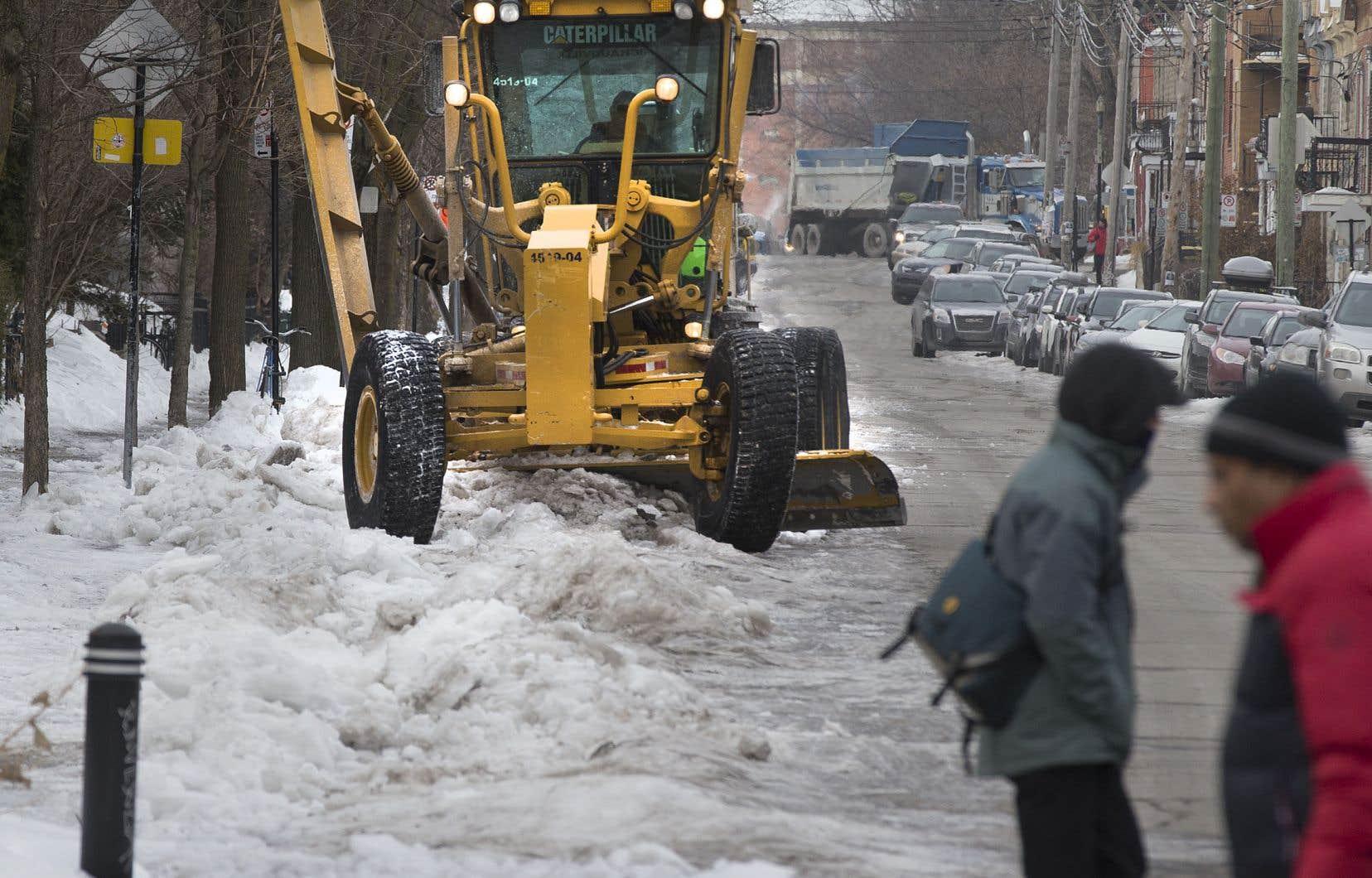 Les amas de neige dans les rues de la métropole se sont transformés en glace. Les niveleuses et autres chasse-neige s'y sont attaqués lundi, mais les bris d'équipement pourraient être nombreux.