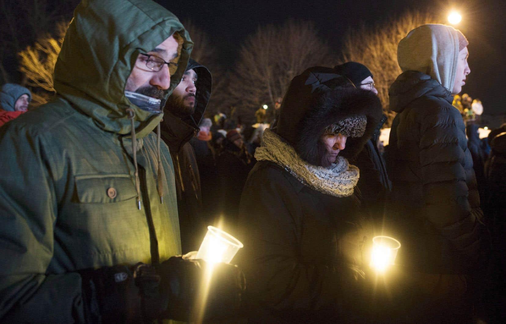Des centaines des personnes ont bravé le froid dans la Vieille Capitale lundi soir pour prendre part à une veillée en hommage aux victimes de l'attentat.