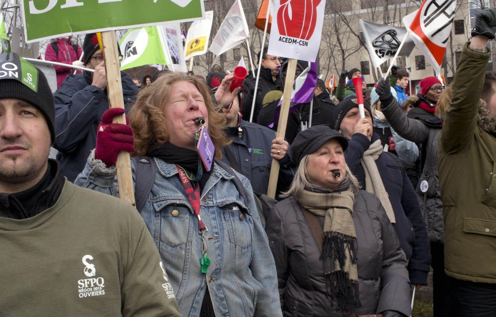 «Nous avons manqué ces dernières années de belles occasions de faire reculer la droite et ses politiques d'austérité, et de mettre en avant un autre projet de société. Je pense à la lutte du Front commun en 2015 [notre photo], alors que nous avions le vent dans les voiles, et à l'échec plus récent d'une alliance électorale entre Québec solidaire et le Parti québécois», écrit l'auteur.