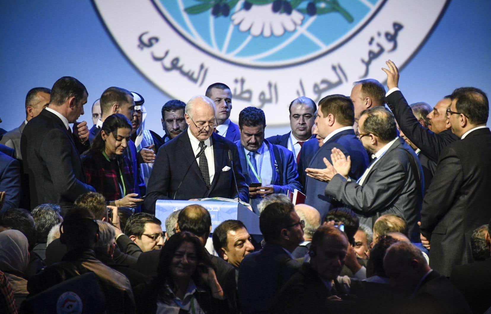 <p>L'émissaire des Nations unies Staffan de Mistura prononce un discours à l'issue d'une séance plénière au Congrès du dialogue national syrien à Sotchi, mardi.</p>