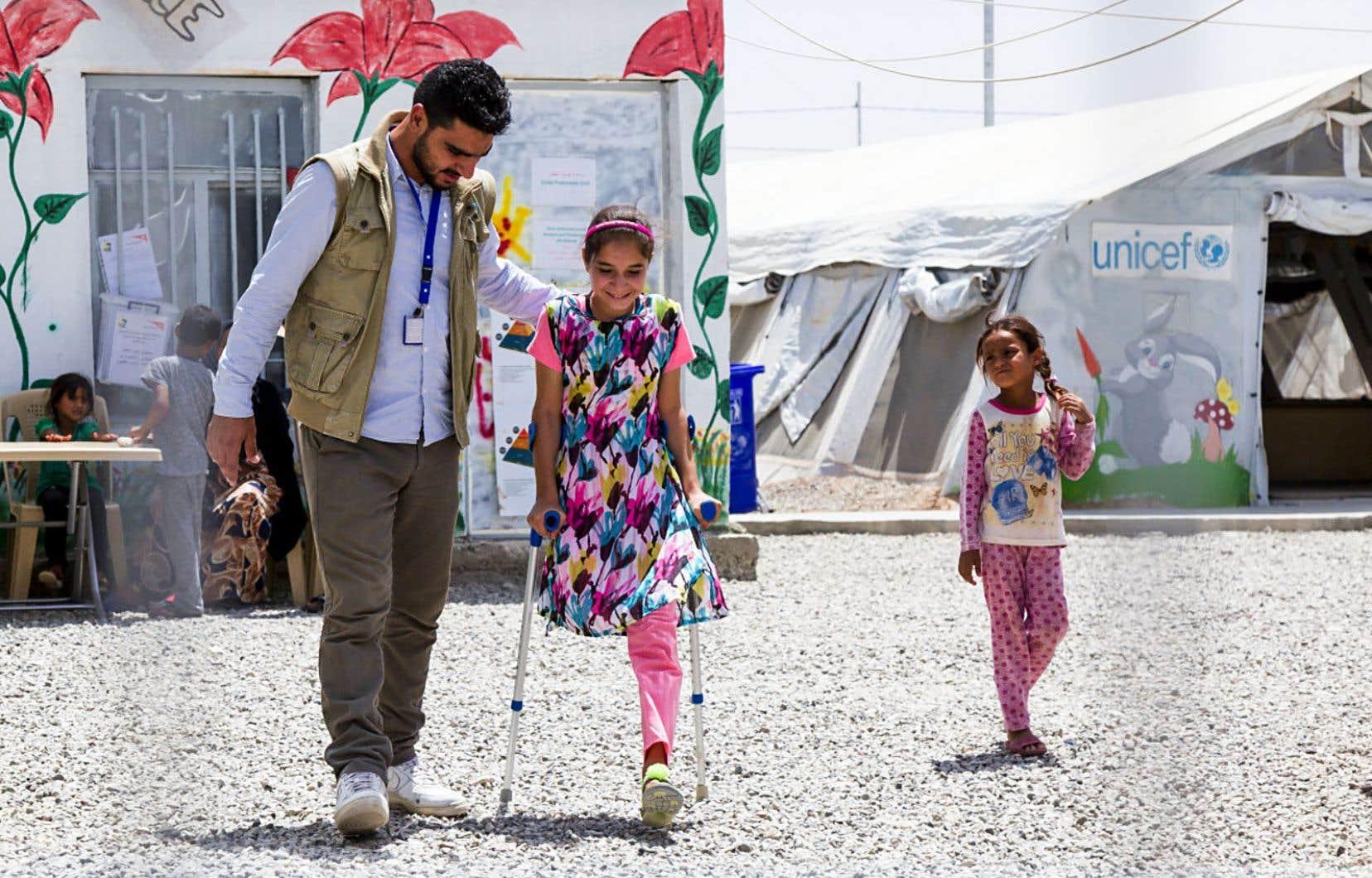 Shahed a 12 ans et est originaire de Mossoul. Le 9 mars 2017, elle s'est retrouvée avec sa famille au milieu des combats et a été grièvement blessée. Désormais amputée d'une jambe, elle vit dans le camp de Hasansham. On la voit ici durant une séance de physiothérapie.