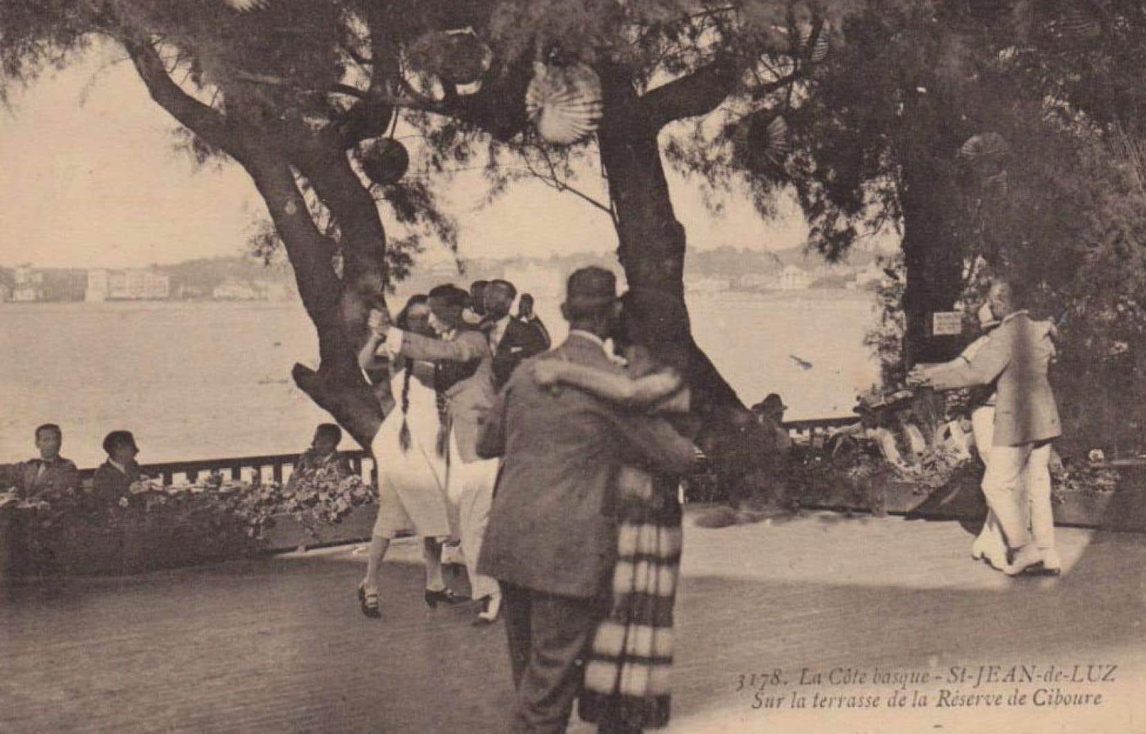 L'intrigue s'inscrit dans les jolis paysages du Pays basque, juste avant le début de la Grande Guerre.