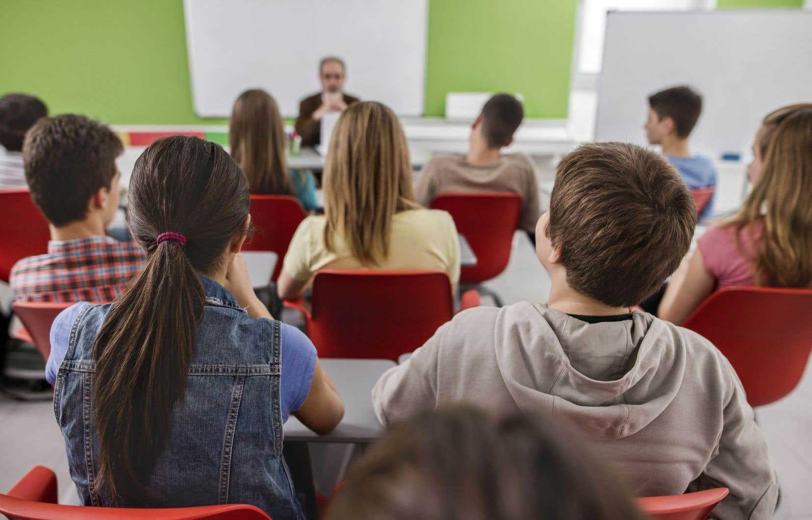 Dans les conditions actuelles, les professeurs s'épuisent de plus en plus tôt au cours de l'année scolaire et certains d'entre eux doivent s'absenter plus souvent. Le nombre de suppléants qualifiés n'est donc plus suffisant pour répondre aux besoins, souligne l'auteur.