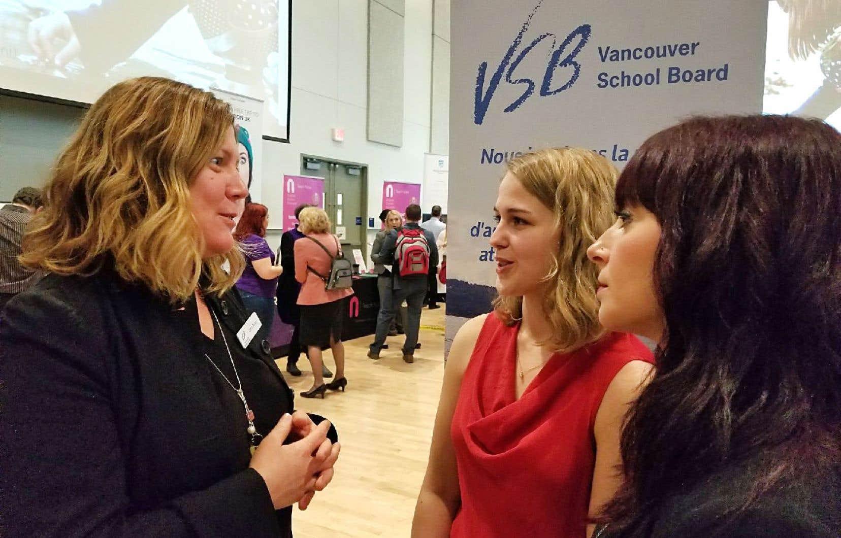 Une représentante du District scolaire de Vancouver avec des candidates lors d'un salon de l'emploi