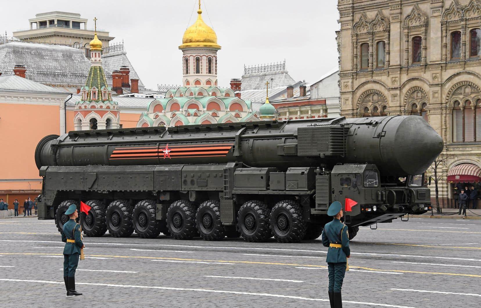 Un missile balistique intercontinental russe Yars RS-24 défile sur la place Rouge à Moscou. L'arme peut être dotée d'une charge thermonucléaire.