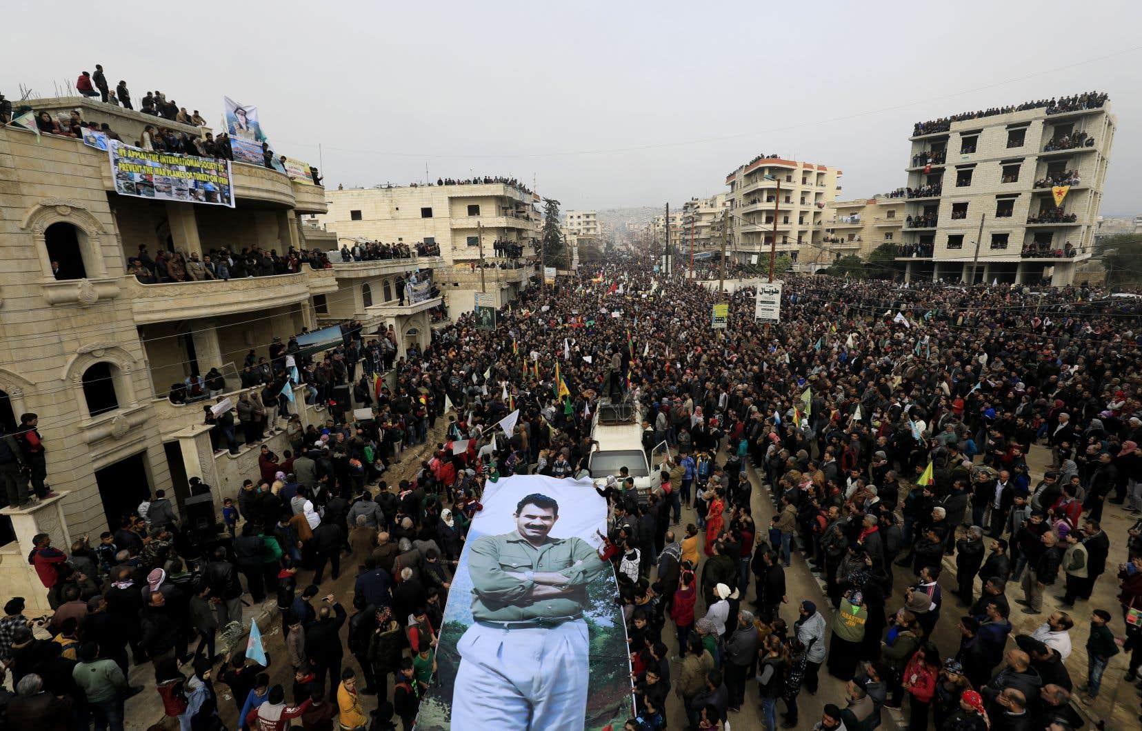 Dans la ville d'Afrine, des milliers de personnes sont descendues dans les rues crier leur colère, brandissant des images de victimes de l'opération militaire d'Ankara.