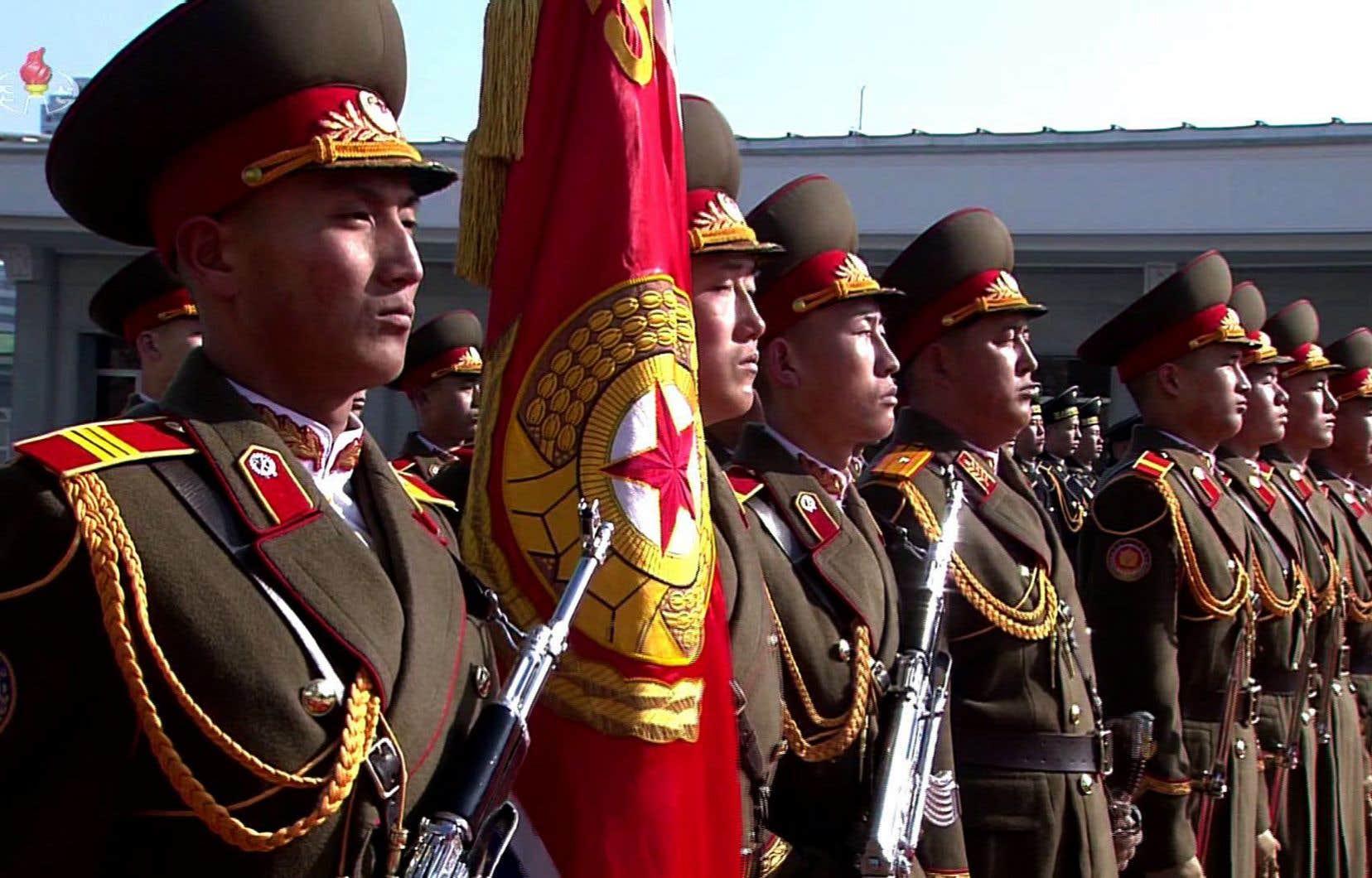 <p>Des régiments de soldats ont défilé,suivis par des camions, de l'artillerie, des chars et des missiles géants.</p>