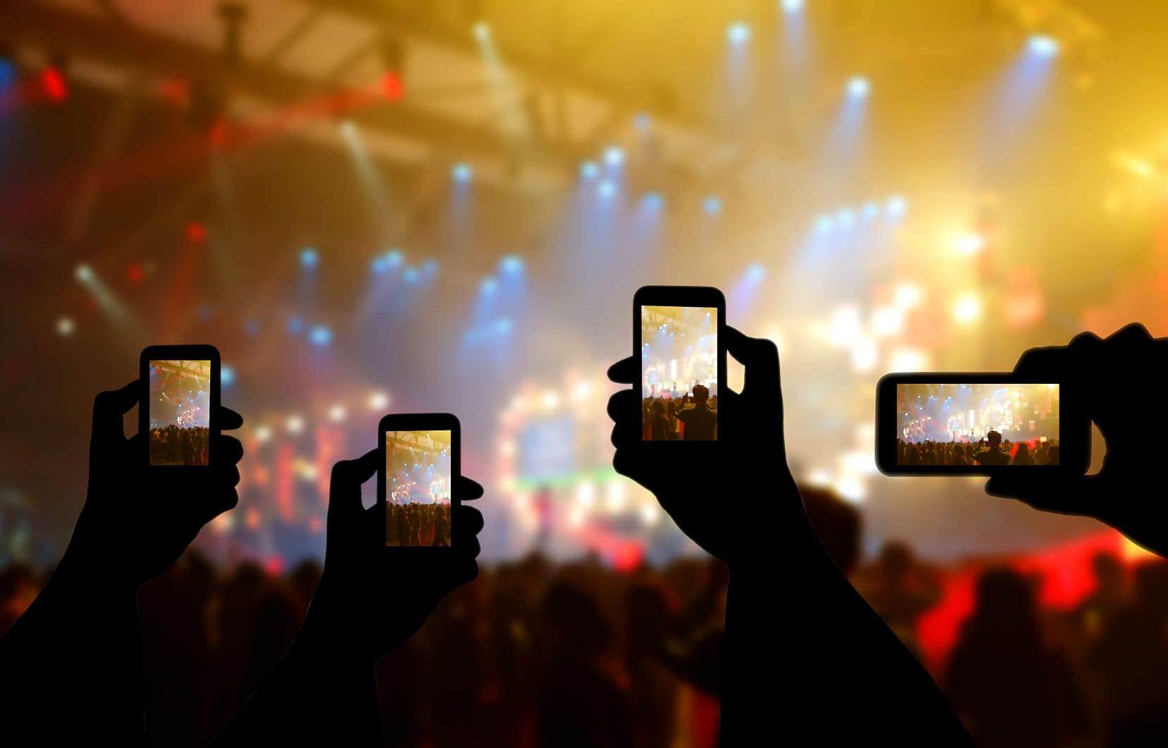 Il peut être désagréable de se rendre à un concert et de devoir le regarder à travers l'écran des spectateurs qui filment à bout de bras devant nous.