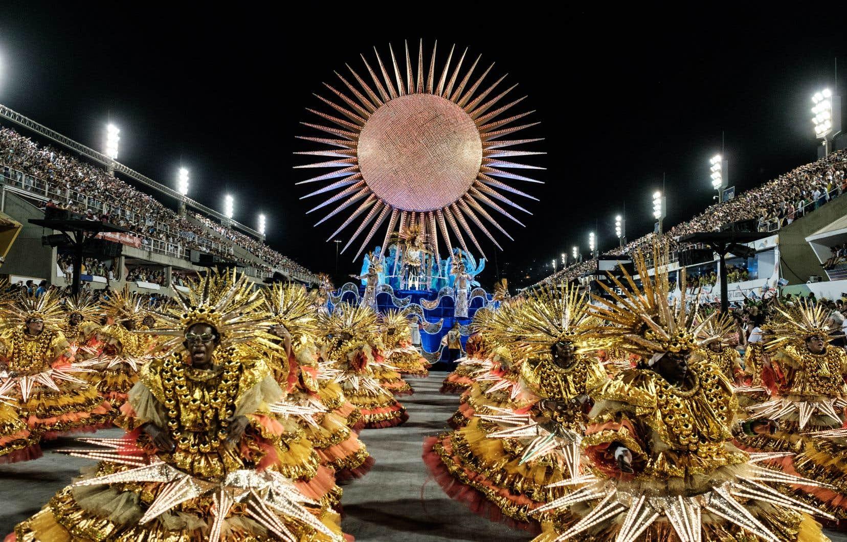 <p>Au Sambadrome, les spectacteurspeuvent admirer des chars époustouflants et voir des danseurs se déhancher au son de la samba.</p>