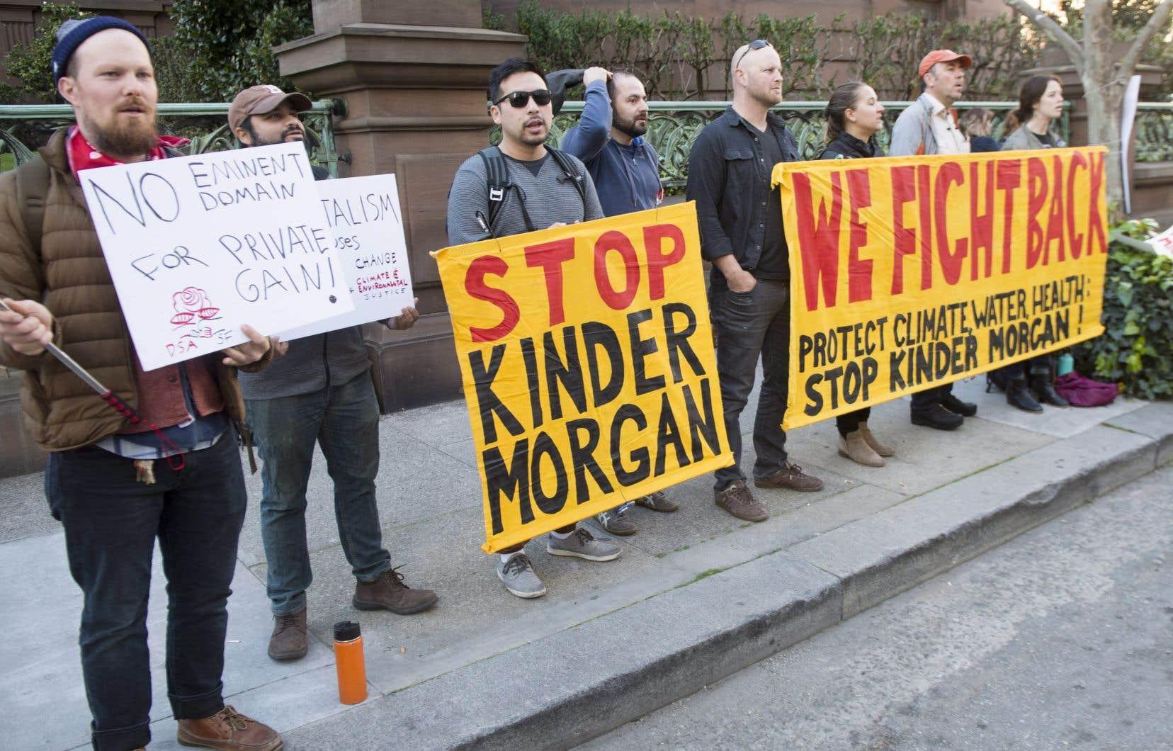 Au total, une douzaine de militants canadiens et américains ont brandi des pancartes sur lesquelles ils demandaient au premier ministre Justin Trudeau de changer sa décision sur le projet.