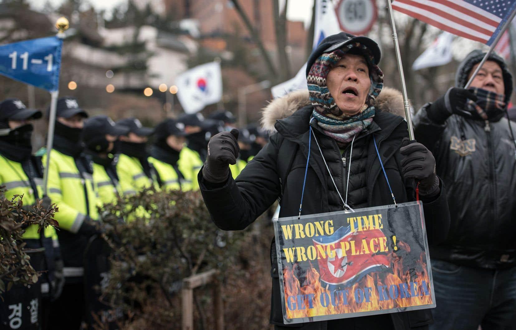 Des manifestants sud-coréens ont accusé le président Moon Jae-in de laisser la Corée du Nord diffuser sa «propagande» pendant les Jeux olympiques, à Pyeongchang, dimanche.