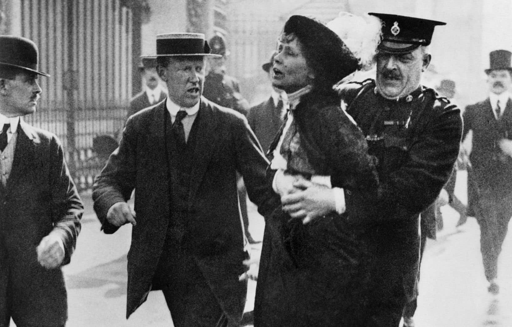 La militante Emmeline Pankhurst est arrêtée devant le palais de Buckingham, à Londres, alors qu'elle tente de remettre une pétition au roi George V, en mai 1914.