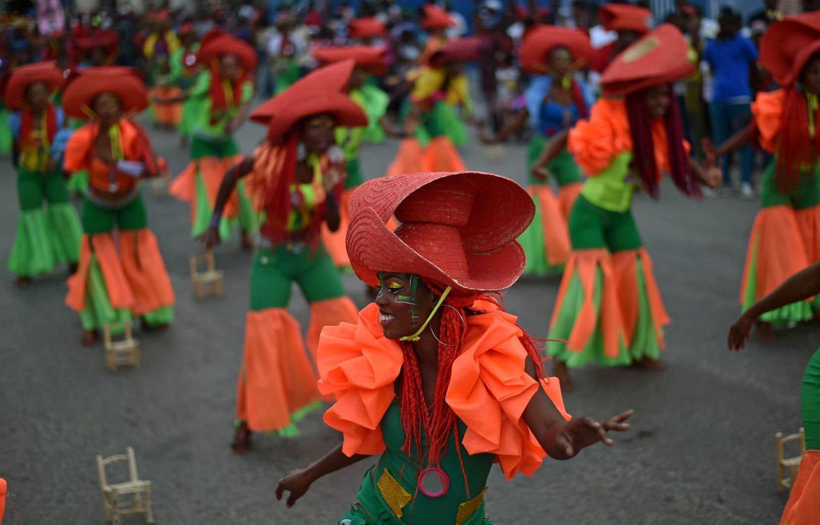 Une troupe de danse s'exécute au premier jour du Carnaval national d'Haïti dans les rues de Port-au-Prince.