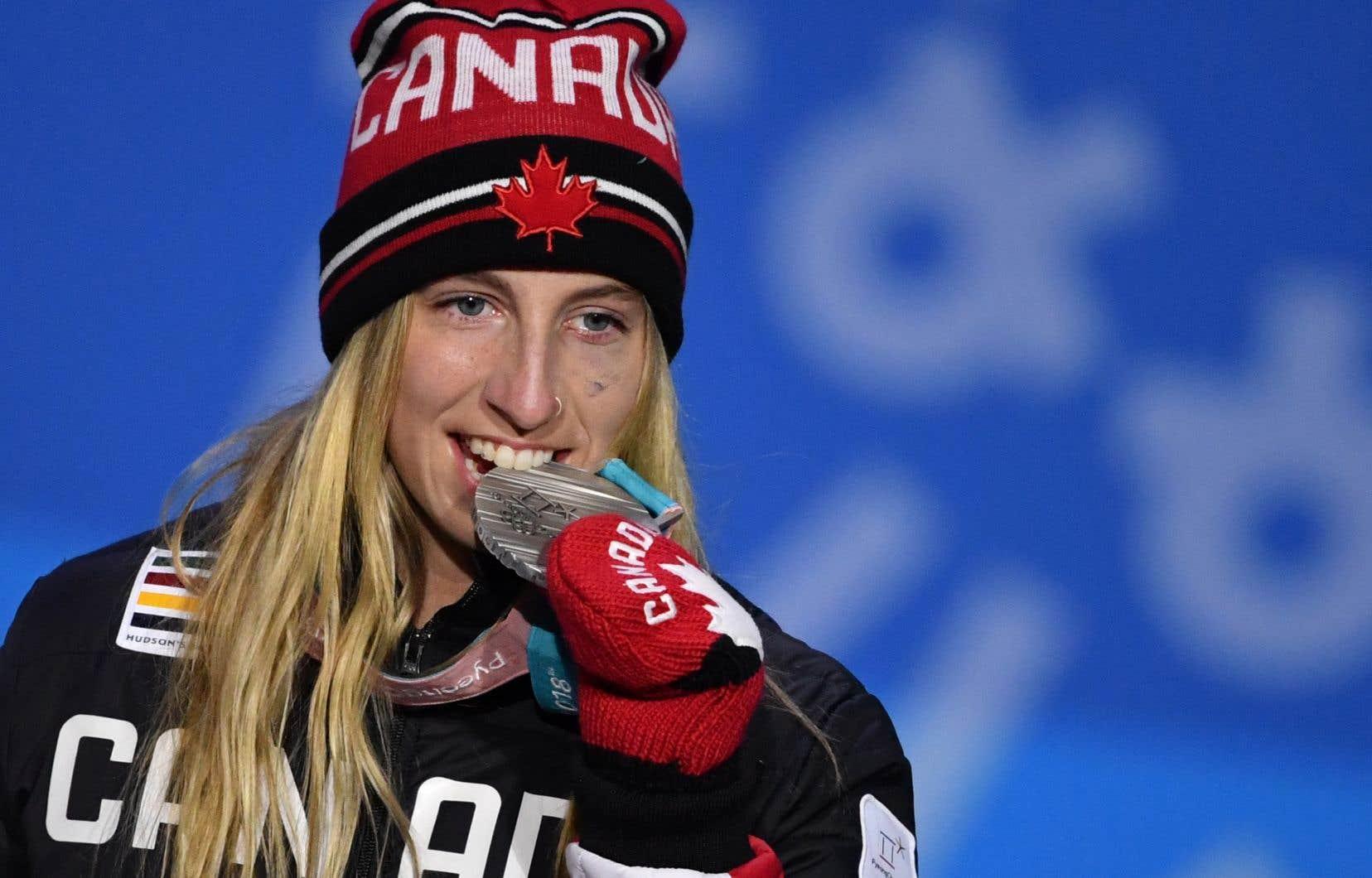 La Canadienne Laurie Blouin savoure sa médaille d'argent sur le podium lors de la cérémonie de remise pour l'épreuve féminine de descente acrobatique en planche à neige.