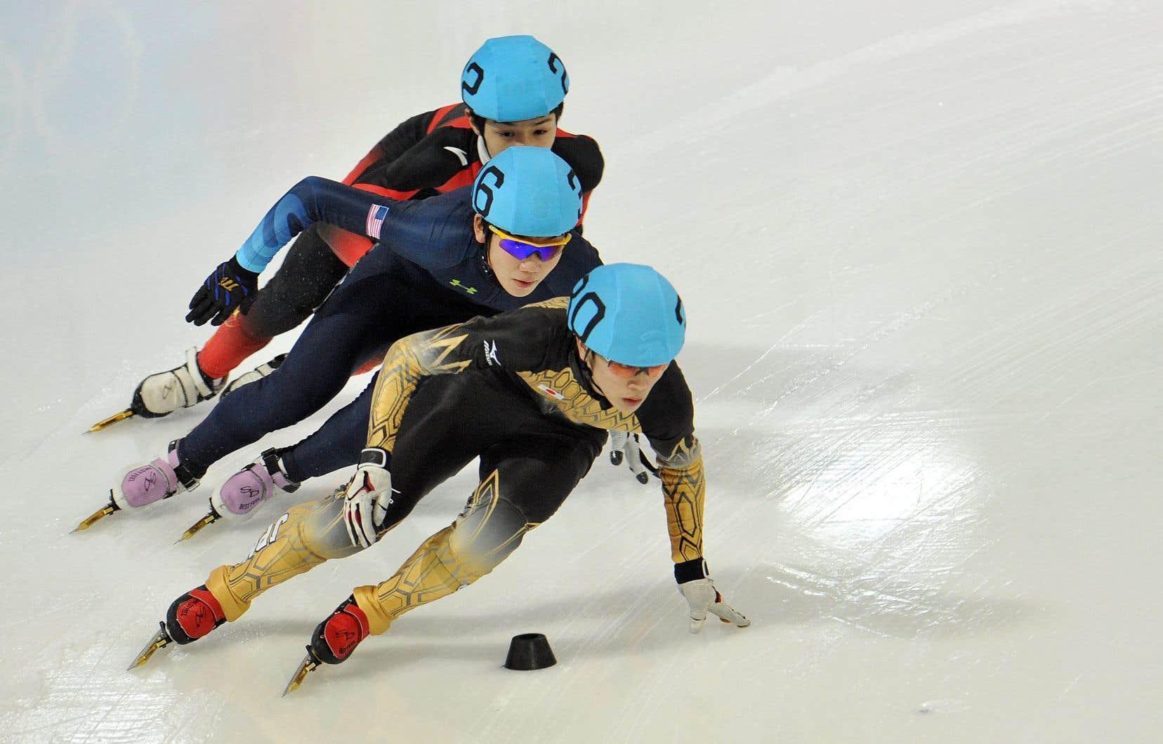 Le patineur de vitesse japonais Kei Saito (au centre) lors d'une compétition en 2012.