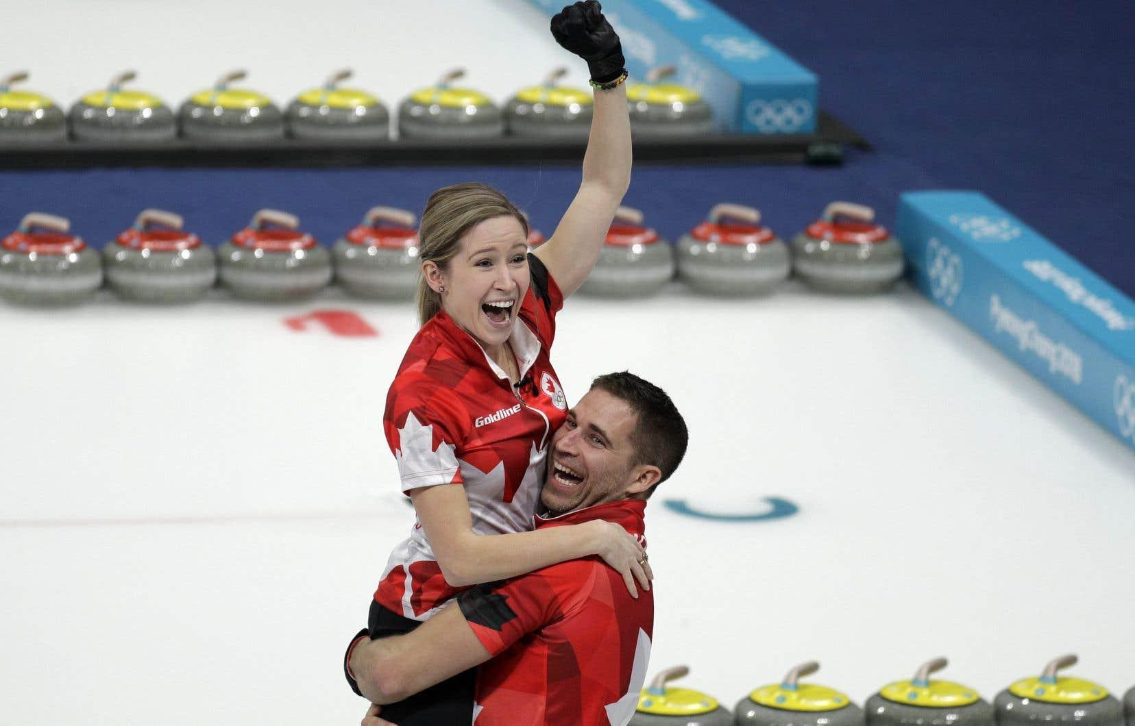 Les Canadiens John Morris et Kaitlyn Lawes, après leur victoire en finale de l'épreuve de curling mixte