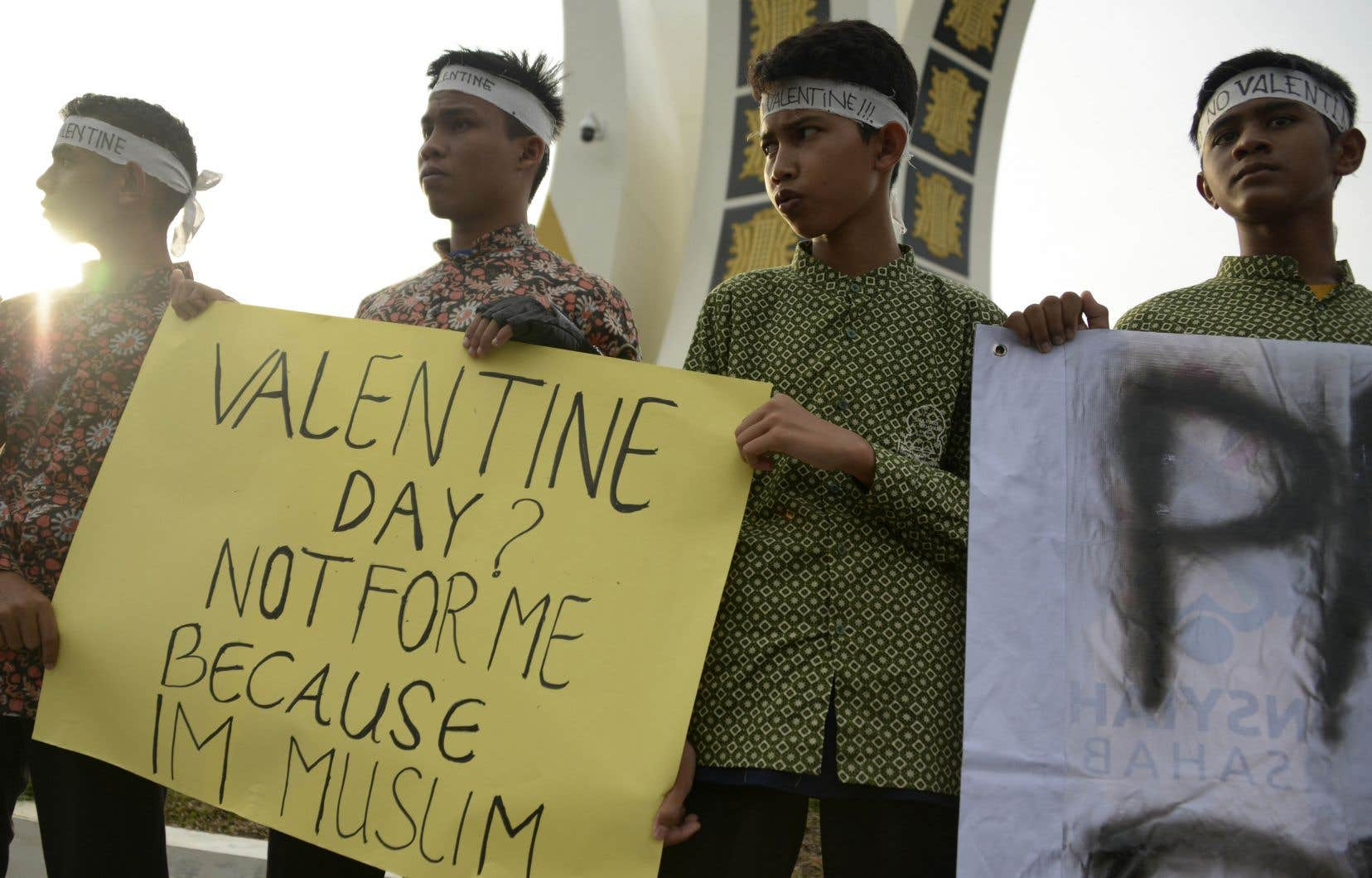 À Aceh, seule province d'Indonésie à appliquer la loi islamique, les autorités ont interdit la célébration de la Saint-Valentin, citant des normes religieuses.