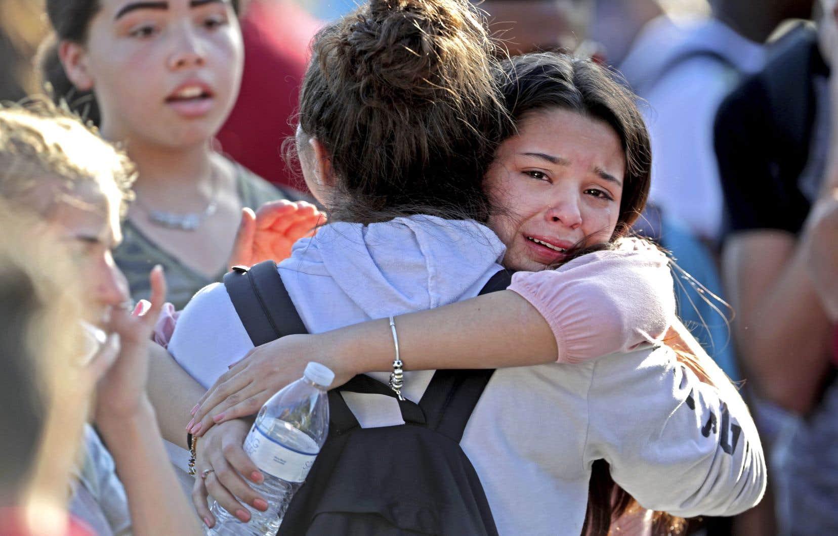 Des élèves ayant survécu à l'attaque d'un ancien camarade de classe tentent de se réconforter après.
