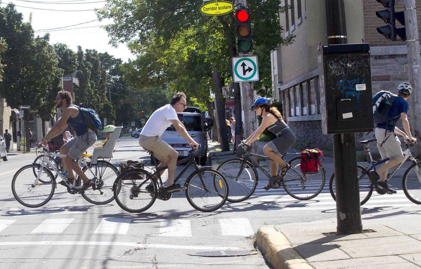 Les dispositions sur l'emportiérage et le corridor de sécurité sont celles que l'ex-ministre Jacques Daoust, aujourd'hui décédé, a introduites en 2016, quand il a plaidé «l'urgence d'agir» pour accroître la sécurité des cyclistes sur les routes.