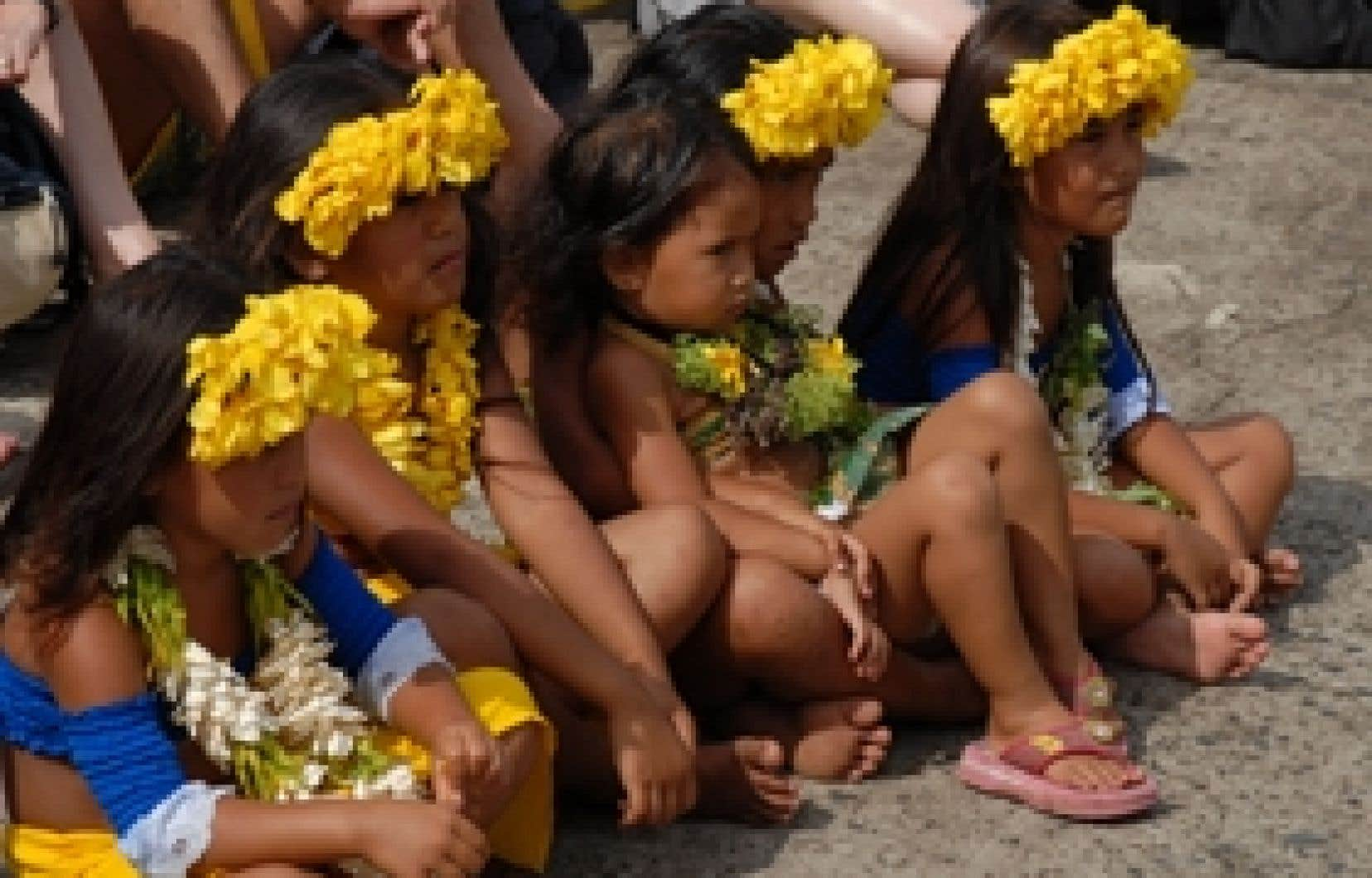 Sur Faku Hiva, de jeunes Marquisiennes se produisent régulièrement pour les étrangers de passage.