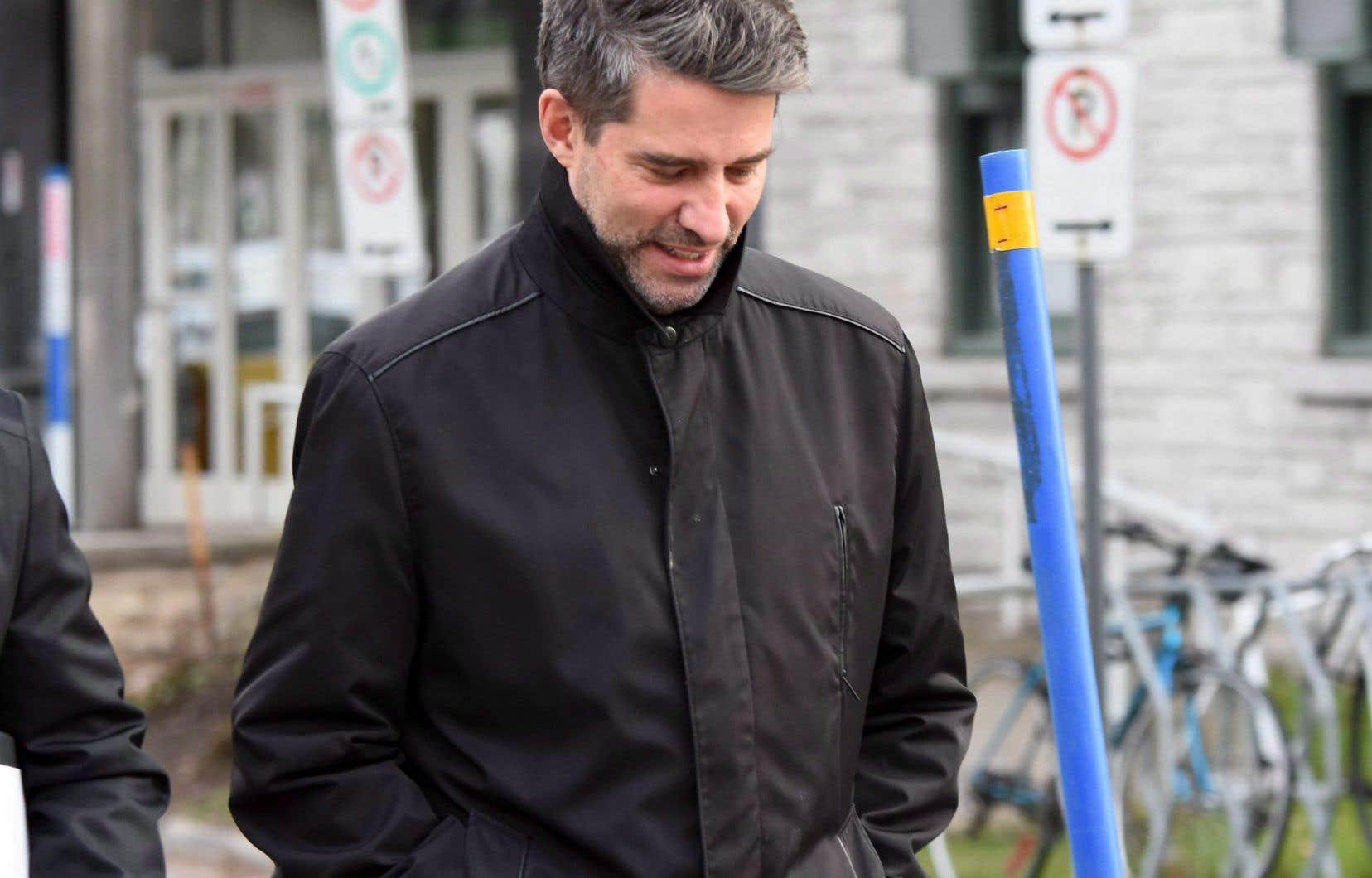 L'ancien chef péquiste André Boisclair à sa sortie du poste de police, peu après son arrestation en novembre dernier