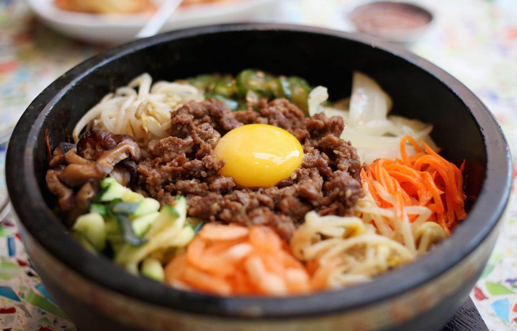 Véritable vedette de l'heure de la cuisine coréenne, le bibimbap est un repas passe-partout composé d'un bol de riz auquel on ajoute des légumes marinés et différents aliments sur lesquels on dépose un œuf cru. Une façon de faire qui rappelle les fameux «touski» des familles québécoises!
