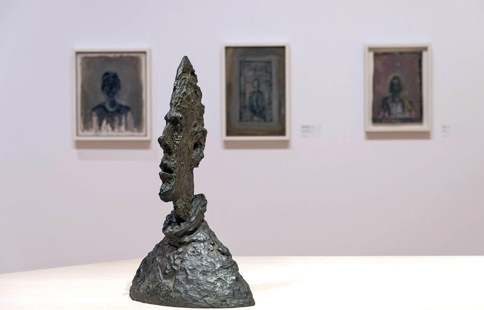 Tout au long de l'exposition, des personnages actifs en voisinent d'autres, statiques, représentés de manière frontale.