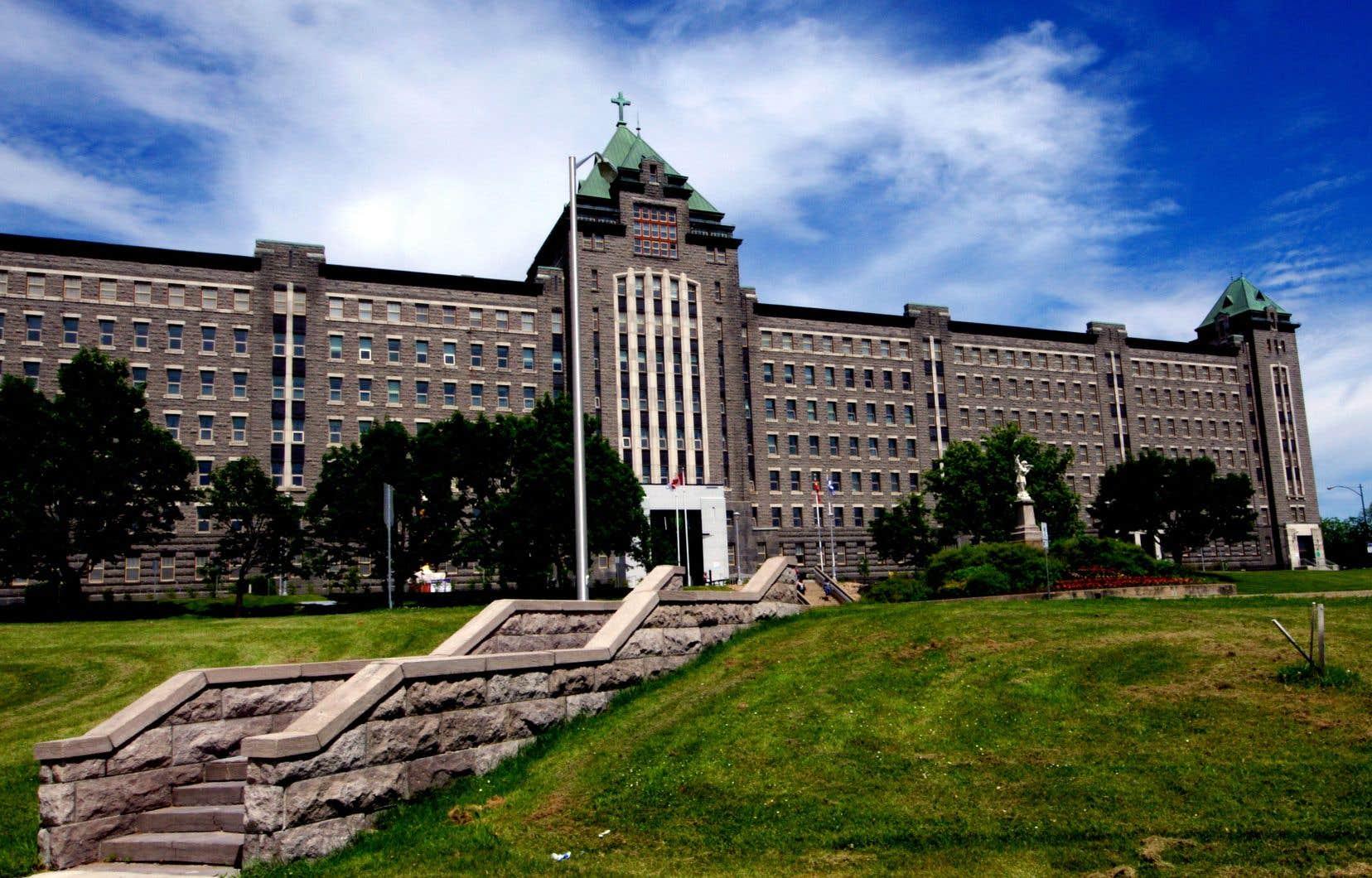 Les patients de l'Institut universitaire en santé mentale de Québec se retrouveront sans couverture médicale les soirs, les nuits et les fins de semaine en cas de complications liées à leur condition psychiatrique, soulignent les auteurs.