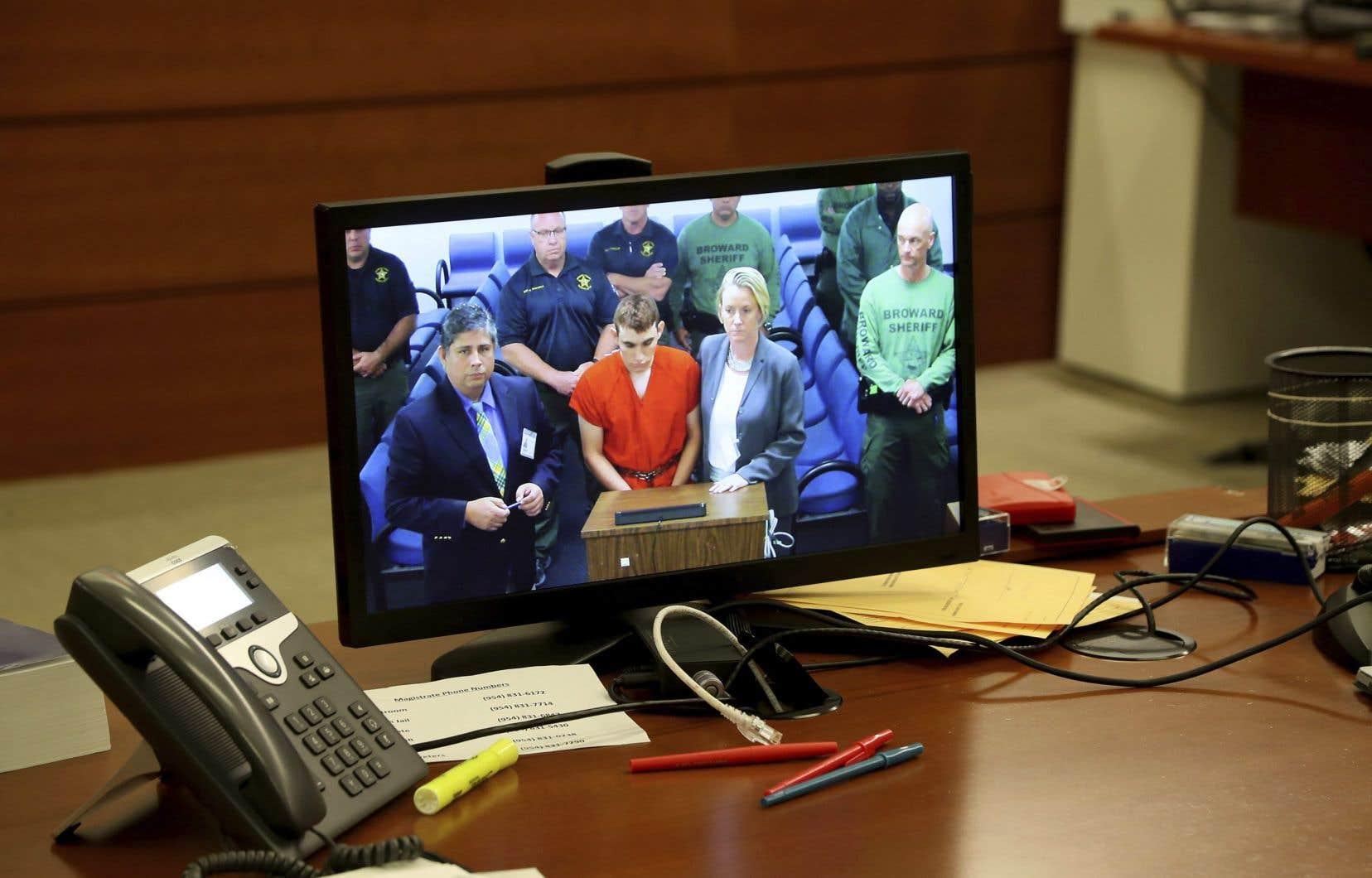 Après une nuit d'interrogatoire par la police, l'auteur de l'attaque, Nikolas Cruz, s'est présenté devant le juge vêtu de la traditionnelle combinaison orange de détenu.