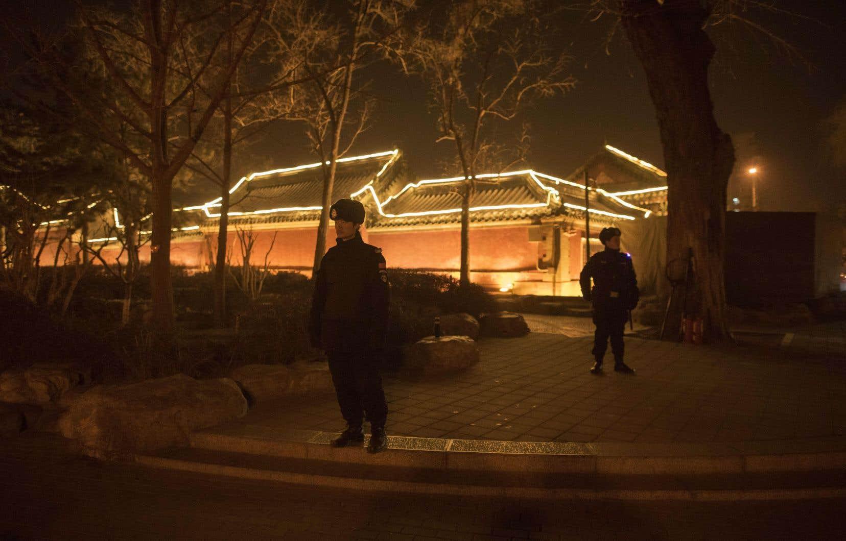 <p>Des rues désertes patrouillées par la police: dans la nuit du Nouvel An lunaire, la capitale chinoise avait des allures de ville morte.</p>