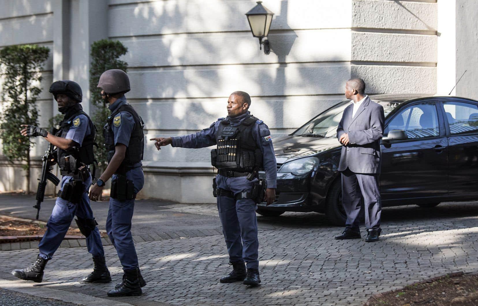 Mercredi, les «hawks» de l'unité d'élite de la police ont perquisitionné chez la famille Gupta, à Johannesburg, dans le cadre d'une affaire de détournement de fonds et trafic d'influence. Les Gupta sont très proches de la famille du président déchu Jacob Zuma.